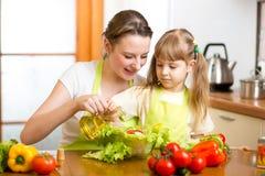 Женщина и ребенок подготавливая здоровую еду совместно Стоковая Фотография RF