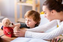 Женщина и ребенок сидя на таблице Стоковая Фотография