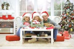 Женщина и родители празднуя рождество Стоковое Фото