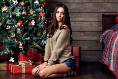 Женщина и рождественская елка Стоковое Фото