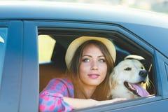 Женщина и собака в автомобиле на лете путешествуют Стоковые Изображения