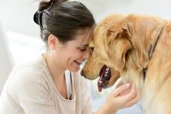 Женщина и собака прижимаясь стоковое изображение rf