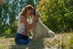 Женщина и собака совместно Стоковые Фотографии RF