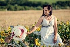 Женщина и солнцецветы стоковое изображение rf