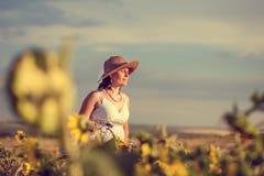 Женщина и солнцецветы стоковые изображения rf