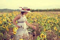 Женщина и солнцецветы стоковые фото