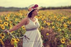 Женщина и солнцецветы стоковая фотография rf