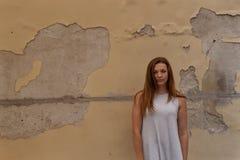 Женщина и старая стена стоковое изображение rf