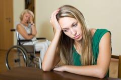 Женщина и с ограниченными возможностями женское имеющ ссору Стоковое фото RF
