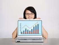 Женщина и тетрадь с графиком Стоковое фото RF