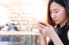 Женщина и франтовской телефон Стоковые Изображения RF