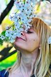 Женщина и цветение Стоковое фото RF