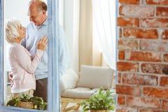 Женщина и человек в квартире стоковое изображение rf