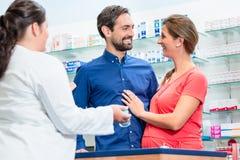 Женщина и человек в покупках фармации Стоковые Изображения