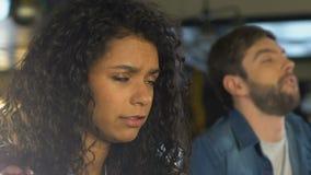 Женщина и человек глубоко дыша, осадили о спичке любимой команды проигрышной, игре сток-видео