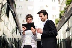 Женщина и человек имея деловую встречу outdoors Стоковое Изображение