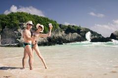 Женщина и человек красоты на пляже на карибском море Стоковое Изображение