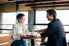 Женщина и человек на деловой встрече Стоковые Фотографии RF