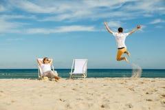 Женщина и человек отдыхая на пляже Стоковое Изображение RF