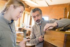 Женщина и человек плотника в мастерской стоковая фотография rf