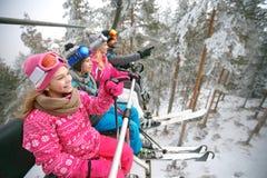 Женщина и человек при дети поднимаясь на местность лыжи стоковое изображение rf