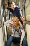 Женщина и человек сидя на зале поезда стоковое изображение