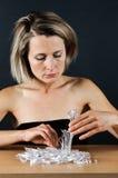 Женщина и черепки Стоковые Фотографии RF