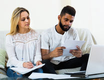 Женщина и чернокожий человек с документами Стоковые Фото