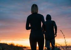 Женщина и человек бежать на пляже Стоковые Фото