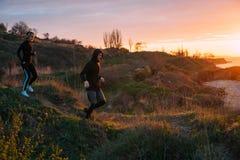 Женщина и человек бежать на пляже Стоковая Фотография RF