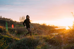 Женщина и человек бежать на пляже Стоковая Фотография