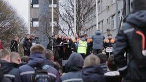 Женщина и человек висят золотые медали на молодых мальчиках в форме спасения на этапе улицы видеоматериал