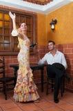 Женщина и человек во время Feria de Abril на Испании -го апреля Стоковые Фотографии RF