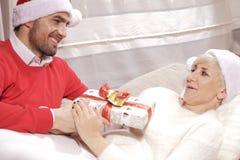 Женщина и человек в рождестве Стоковое фото RF