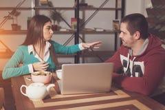 Женщина и человек говорят Стоковое Фото