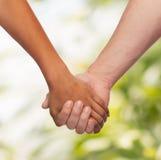 Женщина и человек держа руки Стоковая Фотография