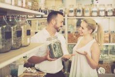 Женщина и человек держа стекло могут с травами Стоковое Фото