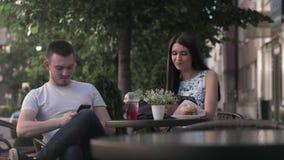 Женщина и человек имеют переговор в кафе лета видеоматериал