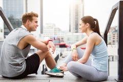 Женщина и человек смотря один другого Стоковое фото RF