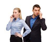 Женщина и человек с сотовые телефоны вызывать стоковые фотографии rf