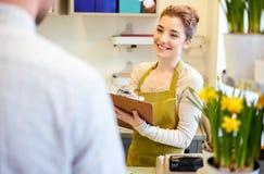 Женщина и человек флориста делая заказ на цветочном магазине Стоковая Фотография RF