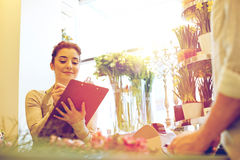 Женщина и человек флориста делая заказ на цветочном магазине Стоковое фото RF
