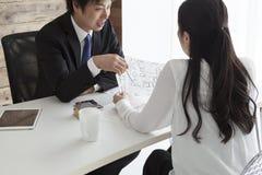 Женщина и человек для того чтобы искать новый дом Стоковое Изображение RF