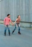 Женщина и человек rollerblading Стоковое Фото