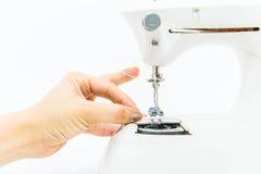 Женщина и швейная машина стоковые фото