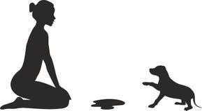 Женщина и щенок, неизбежная малая проблема силуэт стоковое фото rf