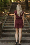 Женщина идя вверх лестницы в парке Стоковые Изображения RF