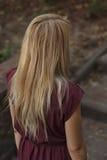 Женщина идя вверх лестницы в парке Стоковые Изображения