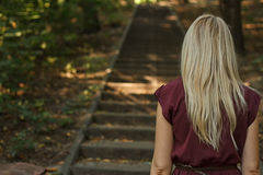 Женщина идя вверх лестницы в парке Стоковое Изображение RF