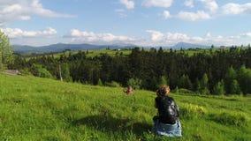 Женщина идя, весенний день фотографа в лесе акции видеоматериалы